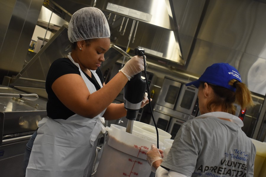volunteers making manna meals