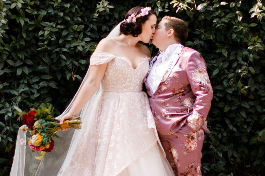 Mariée en smoking de mariage rose