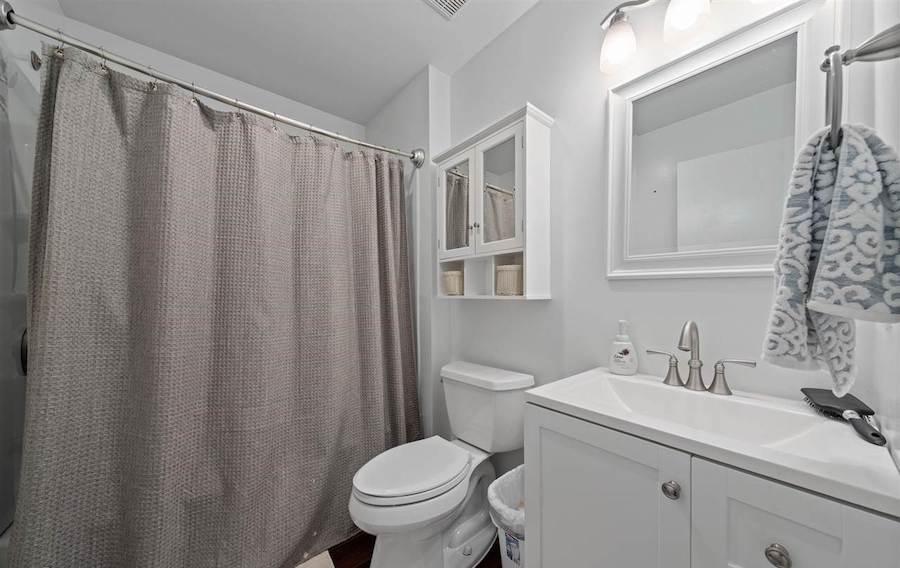 4 Granada Court bathroom